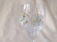 紫陽花のプリザーブドフラワーとレースフラワーの押花を樹脂で加工しました。紫陽花が立体的なホワイトに近いライトブルーのピアスです。裏側はすりガラスのようにしまし...|ハンドメイド、手作り、手仕事品の通販・販売・購入ならCreema。