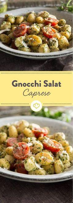 Mach deine Gnocchi zum Salat: Mit grünem Pesto, Mozzarella und frischen Tomaten werden die kleinen Kartoffelklößchen zum italienischen Gaumenschmaus.