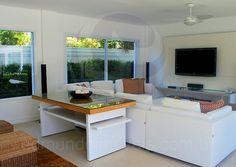 O primeiro anexo, localizado na lateral da casa de praia, abriga a sala de jogos, com mesa para carteado e um moderno home-theater.
