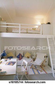 Chambre d'enfant : meubler sa mezzanine pour qu'il puisse aussi avoir des affaires en haut (livres, pyjama...)