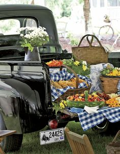Catered by the local general store, appetizers were served picnic-style from the tailgate of a 1948 Ford pickup. Picnic baskets, yes. Truck, no. Comida Picnic, My Big Fat Gypsy Wedding, Picnic Style, Country Picnic, Picnic Theme, Picnic Birthday, Country Farmhouse, Funny Birthday, Storybook Wedding