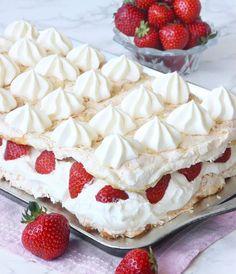 Midsommartårta Meringue Pavlova, Fika, Camembert Cheese, Tart, Strawberry, Food And Drink, Gluten, Desserts, Kaffe