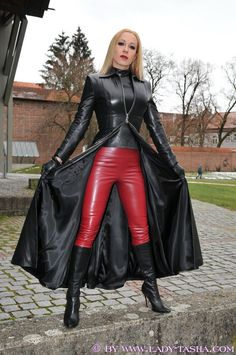 She's wearing a bit of red Leather too Elle porte aussi un peu de cuir rouge Spanx Leather Leggings, Long Leather Coat, Red Leather, Leder Outfits, Latex Girls, Leather Dresses, Sexy Boots, Leather Fashion, Coats For Women