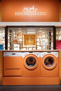 Hermès donne une seconde vie à vos carrés en ouvrant un Hermès Matic ! Laundromat Business, Laundry Business, Display Design, Store Design, Visual Merchandising, Laundry Shop, Coin Laundry, Retail Signage, Laundry Design
