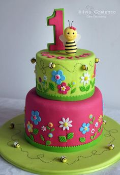 A sweet little bee and colorful daisies to celebrate the first birthday of Ludovica! Butterfly Birthday Cakes, Baby Birthday Cakes, Butterfly Cakes, Bee Cakes, Cupcake Cakes, Little Girl Cakes, Artist Cake, Wilton Cake Decorating, Novelty Cakes