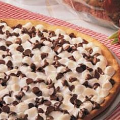 Peanutbutter Cookie Pizza - hands down one of the best desserts I grew up with :) Chocolate Chip Pizza, Chocolate Peanut Butter, Chocolate Chips, Chocolate Cake, Just Desserts, Delicious Desserts, Yummy Food, Pizza Girl, Pizza Pizza