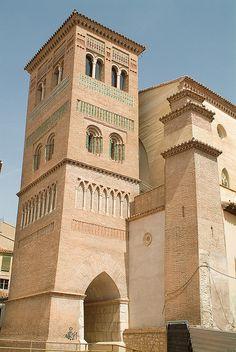 La Iglesia de San Pedro de Teruel es una iglesia del siglo XIV perteneciente a la arquitectura mudéjar de Aragón, declarada Patrimonio de la Humanidad. Su campanario, la torre de San Pedro, es el ejemplo más antiguo del mudéjar turolense y data del siglo XIII. España.