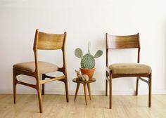 Set van 2 teak (?) houten vintage stoelen. Retro stoelen met Scandinavisch design   Fabulous Furniture   Flat Sheep