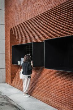 In Guangzhou, a Coffee Shop with a Red-Brick Facade Stops People in Their Tracks. - In Guangzhou, a Coffee Shop with a Red-Brick Facade Stops People in Their Tracks – Azure Magazine - Metal Facade, Concrete Facade, Green Facade, Brick Design, Facade Design, Brick Architecture, Residential Architecture, Guangzhou, House Minimalist