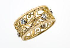 Kultaisessa filigraanisormuksessa on 0,03 ct tw/vs -laatuiset timantit, ja materiaali on 750 -keltakulta. Sormusta on tilattavissa myös valkokultaisena. Sormukset valmistetaan aina tilauksesta, toimitusaika on enintään 4 viikkoa.