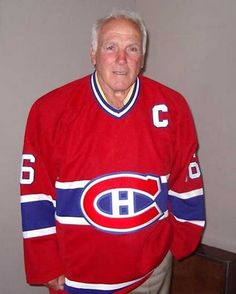 Henri Richard : En 1973-74, Richard a remporté le seul honneur individuel de sa carrière quand il a reçu le trophée Bill-Masterton, remis au joueur de la LNH qui représente le mieux la persévérance, l'esprit sportif et le dévouement au hockey. On ne pouvait choisir de meilleur homme. Richard venait de jouer son 1256e matchs avec les Canadiens, un record du club, en 1974-75 et il a ensuite consacré tout son temps à diriger la Taverne Henri Richard, une adresse incontournable en ville à… Boston Bruins Hockey, Blackhawks Hockey, Chicago Blackhawks, Montreal Hockey, Of Montreal, Montreal Canadiens, Henri Richard, Hockey Pictures, Hockey Memes
