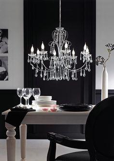 Dieser Kronleuchter schenkt deinem Zuhause einen exklusiven und noblen Touch. Die Verzierungen des Gestells werden durch zahlreiche, glitzernde Kristallsteinchen gekonnt in Szene gesetzt. Beim Betreten des Raumes fallen die Blicke sofort auf die extravagante Leuchte! Lasst euch von dem dem Charme der Hängeleuchte faszinieren!