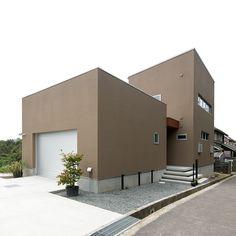 傾斜地に建つアウトドアデッキのある家 Japanese Buildings, Japanese Architecture, Architecture Design, My Home Design, House Design, House Colors, Sweet Home, Cottage, Interior Design