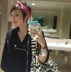 How to wear a bandana with a pixie cut 58 Ideas for 2019 Bandana Hairstyles Short, Mom Hairstyles, Short Hair Updo, Scarf Hairstyles, Short Hair Cuts, Curly Hair Styles, How To Tie Bandana, Motorcycle Hairstyles, Easy Everyday Hairstyles