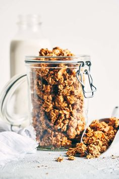 Delicious, protein-packed and a breeze to make. Leftover nut pulp and an easy almond butter caramel makes for a perfectly clumpy granola. Just 10 ingredients. (V+GF). Sin Gluten, Vegan Gluten Free, Dairy Free, Vegetarian Recipes Easy, Dog Food Recipes, Freezer Recipes, Freezer Cooking, Drink Recipes, Cooking Tips