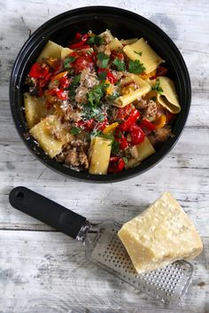 pasta with salsiccia and paprika Pasta Recipes, Nom Nom, Curry, Stuffed Peppers, Cheese, Cooking, Ethnic Recipes, Food, Drink