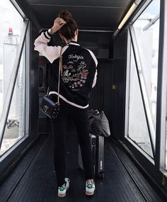 Las Vegas, here we go! ⚡️Mandem dicas do que não podemos perder por lá!! #camievictakeVEGAS #aerolook #foreverGRU (créditos na tela)