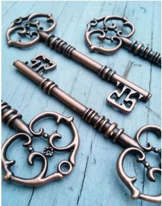 An ornate key to use for decoration. Perfect for Key Tag styled In-The-Hoop designs. Keys ships same day! Key measures inches long and inch wide at the crown. Metal alloy - NO LEAD. Antique Keys, Vintage Keys, Antique Copper, Vintage Style, Under Lock And Key, Key Lock, Old Keys, Copper Wedding, Key Pendant