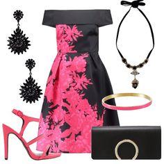 Look adeguato per serate eleganti con abito scollato in fantasia floreale accompagnato da sandalo con tacco alto a spillo e pochette nera. Ad arricchire il look il bracciale in metallo rosa e collana ed orecchini neri.