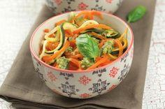 Leckere, glutenfreie, Low-Carb Gemüsespaghetti aus dem Thermomix sind mit unserem Rezept spielend leicht gezaubert. Hol Dir die Koch-Inspiration!
