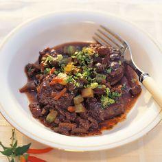 Für die klassische Küche gehört der Ochsenschwanz bestenfalls in die Suppe. Doch hier kommt er zu ganz neuen Ehren - und überzeugt durch Geschmack und...