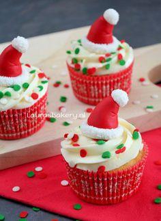 Cupcakes met kerstmuts topper - cupcakes with santa hat topper
