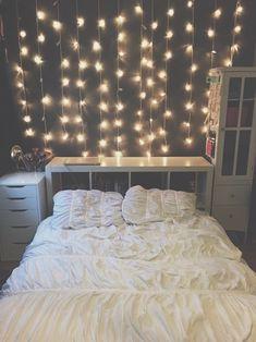 O haz que las lucecitas caigan detrás de tu cama como una cascada. | 16 Geniales ideas para decorar tu habitación con pequeñas lucecitas