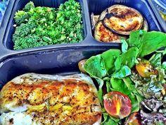 Chegou minha refeição do @chef_vita Só comendo p vcs entenderem o quanto é bom! Já falei da  confiança que tenho com essa empresa que respeita 100% o pedido do cliente.  O meu hoje foi filé de linguado com ervas finas + berinjela no óleo de coco ( peço sempre) + salada verde com gergelim e brócolis no alho. E meu azeite de alecrim ❤️ Obrigada @chef_vita. Estou imensamente satisfeita! #dragabrielazugliani #teamgz #chefvita