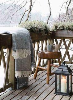 Plaid en laine sur une terrasse d'hiver