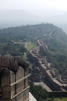 Discover The Great Wall of India in Rajsamand, India: The second-longest continuous wall on the planet protects a hidden secret in the deserts of India. Indian Architecture, Ancient Architecture, Modern Architecture, Udaipur, Monuments, Places To Travel, Places To See, Amazing India, History Of India