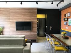 Sala de estar com parede de tijolos a vista e acabamento em concreto. RABISCO ARQUITETURA. #portoalegre #interiordesign #concrete #concreto #archilover #tijolo #interiores #neutro #sancas #forrodegesso #mármorecarrara #clean #iluminaçãoindireta #rabisco #madeira #wood #vidro #glass #lamp #metal #texture #textura #moderno #modern  #funcional #integrado #marmore #decoração #pedra #arte #art #wallpaper  #funcionalidade #amadeirado #revestimento #ceramica #cadeira #sofa #room #saladeestar