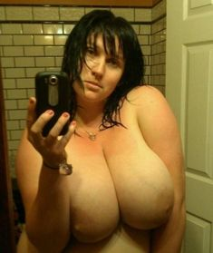 Donne che esibiscono le loro tettone enormi nude