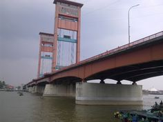 Ampera Bridge  The Ampera Bridge presents an important landmark for Palemband. Its vertical lift design features an over 70-foot width that covers the Sungai Musi. Drivers should never stop on the bridge so plan a stop on the surrounding banks to get a full view of its structure (Thomson).  Ampera Bridge(Ujewongkito/Wikimedia Commons)