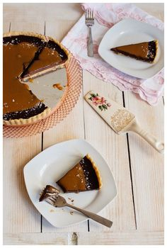 Recipe for French Salted Caramel Chocolate Tart- rich chocolate ganache filling with dark chocolate and fresh cream, and a salted caramel sauce to top it off. Salted Caramel Chocolate Tart, Chocolate Ganache Filling, Chocolate Pies, Chocolate Caramels, Tart Recipes, Dessert Recipes, American Desserts, Holiday Desserts, French Desserts