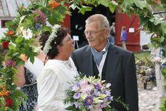 Historie, Museum, Sognefogedgården, Frederikshavn, Danmark. Brudeparret i blomsterbuen. Bruden har en kjole på som er en kopi af en kjole fra 1912
