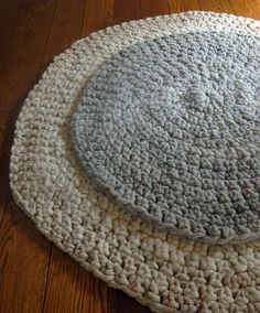 Easy pattern for a crocheted round rug with bulky yarn.