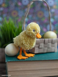 Easter Arts And Crafts, Easter Crafts For Kids, Spring Crafts, Holiday Crafts, Yarn Animals, Pom Pom Animals, Duck Crafts, Bunny Crafts, Diy Easter Cards