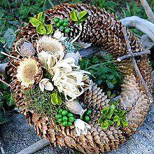 Dekorácie - Dušičkový věneček - S proteou - - min side Outdoor Christmas Tree Decorations, Flower Decorations, Christmas Diy, Christmas Wreaths, Memorial Flowers, Pine Cone Crafts, Nature Crafts, Fall Wreaths, Ikebana