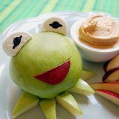 "Escultura con frutas: Rana René Materiales: 1 manzana verde, 1 manzana roja, y ""marshmallows""."