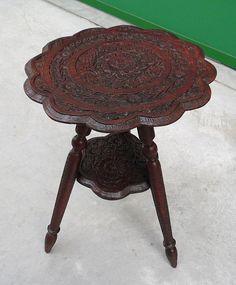 Tavolino minuscolo interamente scolpito rovere primo '900 diametro 30 cm