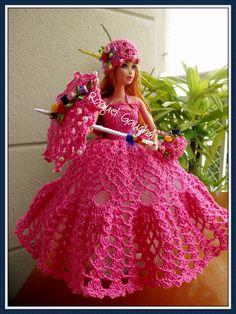 #Cléa5 #Vestido #Dress #Purse #Bolsa #Umbrella #Sombrinha #Paragua #Chapéu #Crochet Muñeca #Doll #Barbie rachelcrochet.wordpress.com #RaquelGaucha Crochet Barbie Patterns, Crochet Doll Dress, Crochet Barbie Clothes, Crochet Doll Pattern, Barbie Gowns, Barbie Dress, American Girl Crochet, Wedding Doll, Handmade Dresses