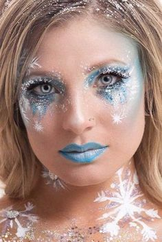 18 IDEAS FOR CHRISTMAS FACTORY MAKEUP Christmas make-up consists of glitter, rhinestones, sparks and glitter all over the face. Holiday makeup can be as extravagant as you like and it shou. Make up Christmas Makeup Look, Holiday Makeup, Winter Makeup, Maquillage Halloween, Halloween Makeup, Eyeliner Trends, Vacation Makeup, Christmas Trivia, Wedding Makeup Tips