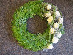 Gedenkfloristik: Gestecke für Allerheiligen und zu den Gedenktagen Funeral Arrangements, Funeral Flowers, Diy Wall, Dried Flowers, Flower Designs, Floral Wreath, Bouquet, Easter, Wreaths