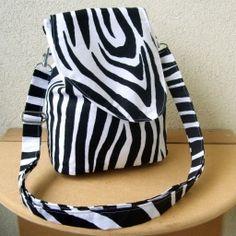 Kabelko-batůžek Zebra, materiál: 100% bavlna černo-bílá, podžehlená. Vypodšívkované.  Rozměry: dno 20x11 cm, výška 26 cm.  Zapínání na šnůrku a magnetek. Stříbrné komponenty.  Uvnitř dvě menší kapsy, kapsička na mobil a poutko s karabinkou na klíče.  Jediný kus. Můžete nosit jako kabelku přes rameno a nebo, po malé úpravě, jako batůžek. Popruh je dost dlouhý i pro nošení křížem.