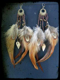 Boucles d'oreilles plumes, macramé et coquillage.
