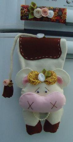 Confeccionado em feltro e tecido tricoline 100% algodão, com enchimento de fibra siliconizada antialérgica. Produto 100% artesanal, peça exclusiva, lavável. A vaquinha possui aproximadamente 20cm. Acabamento com flores e folhas de feltro, laçarotes de tecido e cordões artesanais. O fechamento... Felt Crafts, Diy And Crafts, Crafts For Kids, Arts And Crafts, Sewing Art, Sewing Crafts, Sewing Projects, Fridge Decor, Disney Animator Doll