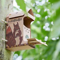 """Die kleinen Dinge on Instagram: """"Freiluft Buffet für Eichhörnchen 🐿 Bei uns im Garten sind schon seit ein paar Wochen junge Eichhörnchen unterwegs. Sie  holen sich…"""" Squirrel Food, Buffet, Fruit Box, Joy, Outdoor Decor, Nature, Squirrels, Delicious Food, Sticks"""