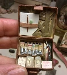 This is sooo cute -- it's a mini art box for a doll's house. Miniature Crafts, Miniature Dolls, Miniature Houses, Miniature Tutorials, Diy And Crafts, Arts And Crafts, Mini Craft, Tiny World, Miniature Furniture