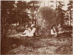 Grã-duquesa Tatiana Nikolaevna com sua mãe a Tsarina Alexandra Feodorovna, Grã-duquesa Olga Nikolaevna (curvada), o Comandante Nikolai Pavlovich Sablin (a esquerda), em 1908.  Grand Duchess Tatiana Nikolaevna with her mother Empress Alexandra Feodorovna, Grand Duchess Olga Nikolaevna (curved), the Commander Nikolai Pavlovich Sablin (left) in 1908.