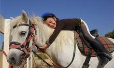 [b]Boerderij[/b] - Trots op haar eerste pony ritje en meteen verliefd. Kinderen vinden de pony's op FarmCamps Breehees helemaal te gek!